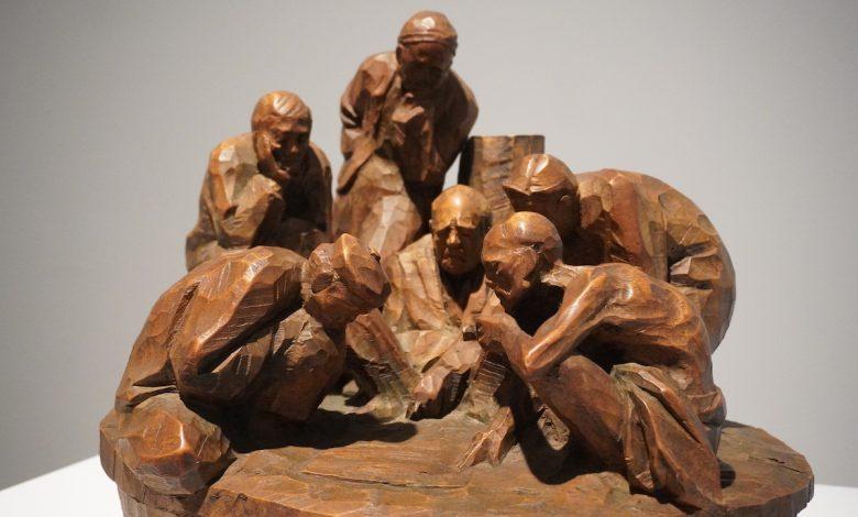 陳正雄,雕刻—牛樟,廟前,48X45X45 公分,1978。新構造社參展作品,私人收藏。(圖:謝平平)