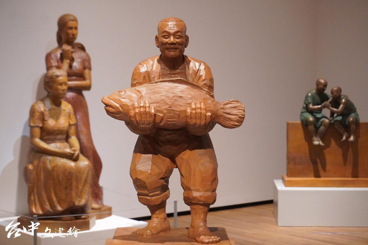 陳正雄,木雕—牛樟,愉,74X28X32 公分,2000,私人收藏。左後方即為「安平金小姐」。(圖:謝平平)