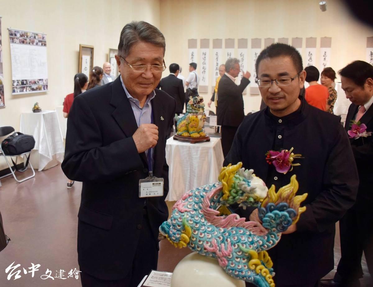 日本福岡美術館館長錦織亮介(左)表示百聞不如一見,右為吳榮。(圖:「吳榮交趾陶藝術」粉專)