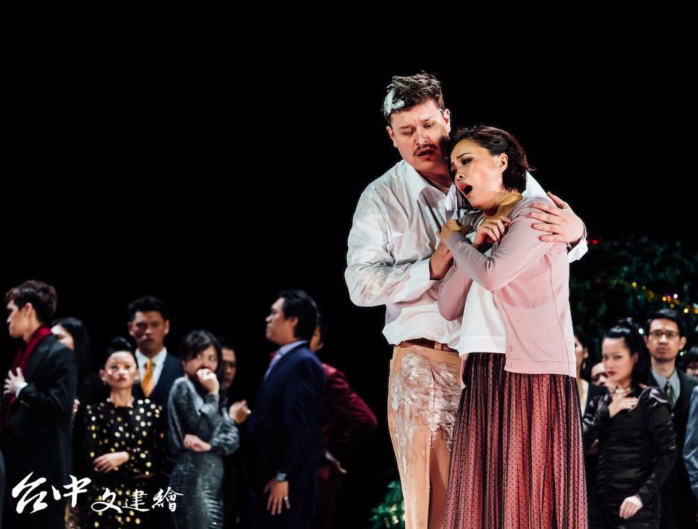 「波希米亞人」劇照,左為魯道夫(Adam Frandsen),右為咪咪(林玲慧飾)。(圖:台中歌劇院)