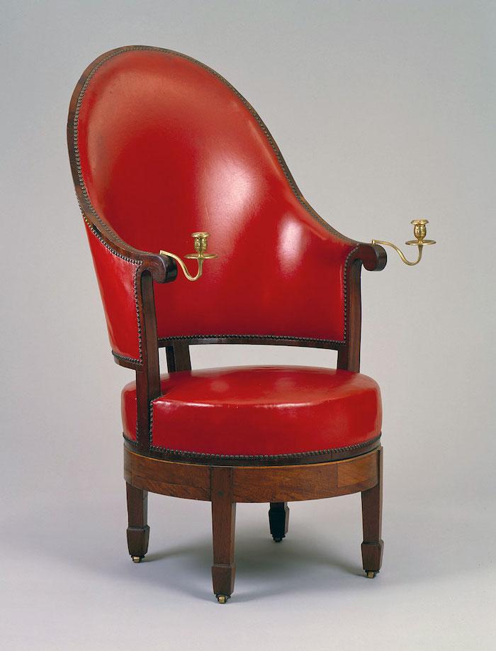 美國第三任總統傑弗遜自己設計的椅子,扶手上有燭台。(圖片授權:Thomas Jefferson Foundation)