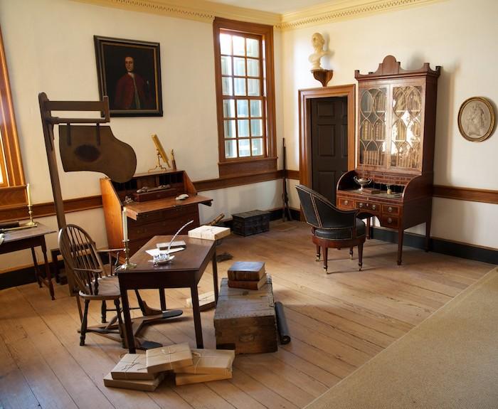 華盛頓的書房,最右邊書桌前的旋轉椅,傑弗遜也設計了一把。(圖片授權:牆邊擺放的椅子是由工匠所製作。(圖片授權: George Washington's Mount Vernon))