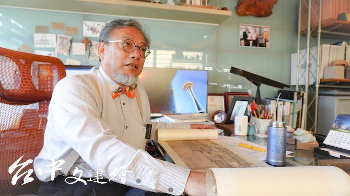 建築師賴張亮打開自行複製、裱褙的〈清明上河圖〉。(攝影:謝平平)